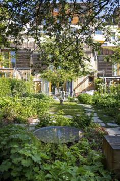 Samotná zahrada má přírodní charakter a je tvořena podrostovými a půdopokryvnými trvalkami s vícekmennými dřevinami