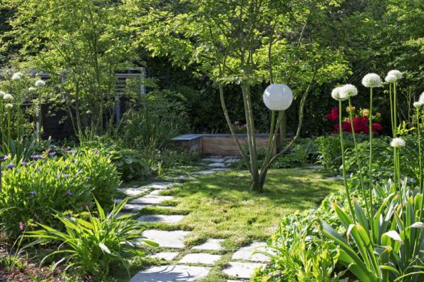 Stromy – místo plánovaných bříz, se kterými nesouhlasili sousedi, jsou v zahradě nakonec vícekmenné muchovníky. Do jednoduchého konceptu zahrady přinesli autoři vtipné detaily – nechali obrůst nášlapy