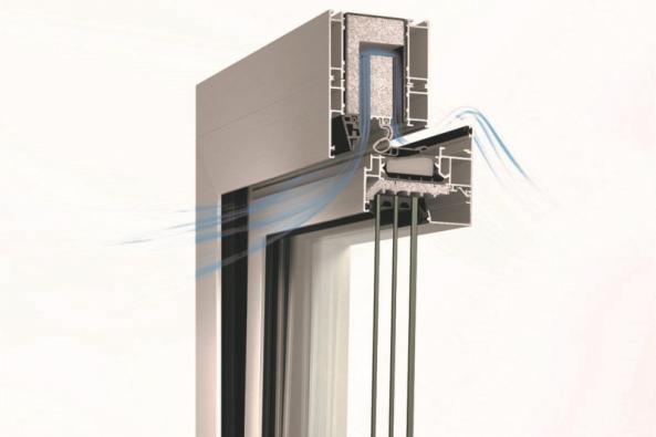Ve sklopené poloze pro redukci hluku je vnější vzduch přiváděn přes větrací kazety instalované v horní části rámu protihlukového okna Schüco AWS 90 AC.SI. Díky tomu dochází k rozptýlení zvuku