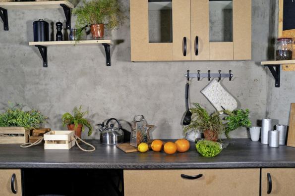Stěna navazující na pracovní desku a dřez kuchyňské linky je náchylná k ušpinění při vaření a mytí nádobí, proto by měl být její povrch omyvatelný a odolný