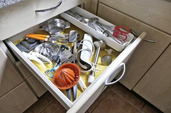 Kuchyňské náčiní by nemělo být v zásuvkách naházeno páté přes deváté jako na obrázku, ale přehledně uspořádáno. Praktickým pomocníkem jsou zásuvkové organizéry