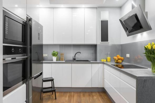 Kuchyni je dobré si důkladně naplánovat už ve fázi přípravy stavby, zejména kvůli umístění vody, plynu a elektrické energie. V opačném případě byste museli zasahovat do hotových omítek