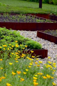 Náročnost údržby v okolí záhonů ve velké míře ovlivňuje typ povrchu. Ačkoliv tu můžete založit i trávník, mnohem smysluplnější jsou povrchy z materiálů nevyžadujících dodatečnou péči