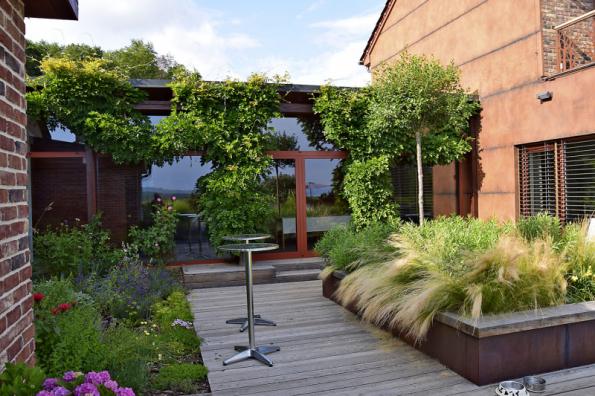 I terase bude slušet, když záhony zvednete o trochu výš. Dodáte tak prostoru zajímavou dynamiku