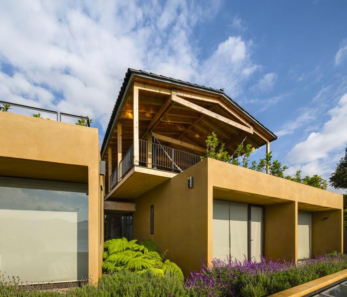 Ložnicovou část domu tvoří tři zděné bloky navzájem spojené podélnou chodbou. Barva omítky se přizpůsobuje zbarvení skal a harmonicky zapadá do krajiny