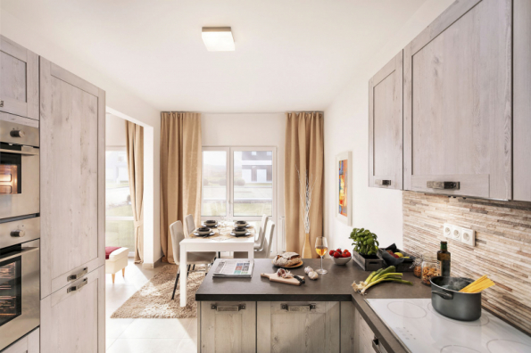 Ze vstupní haly lze vejít přímo do kuchyně, na kterou navazuje jídelna a dále velkorysý obývací pokoj. Jak z jídelny, tak z obývacího pokoje vedou francouzské dveře na terasu