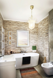 Hlavní koupelna má díky oknu přirozené světlo i větrání. Její podlahová plocha je 6,4 m2 a kromě toalety a dvou umyvadel se sem vejde i bidet, popřípadě sprchový kout