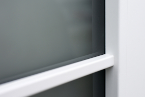 Bílý rámeček prosklení je vlepen bez hřebíčků (dveře Clara Masonite)