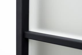 Černý rámeček prosklení je vlepen bez hřebíčků (dveře Clara Masonite)