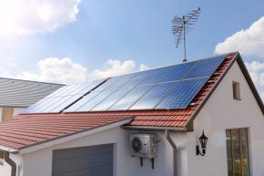 Fotovoltaické panely na střeše domu