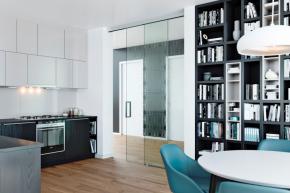 Posuvný systém TRIX HEAVY kotvený do stropu, kombinace celoskleněných posuvných dveří s fixním dílcem