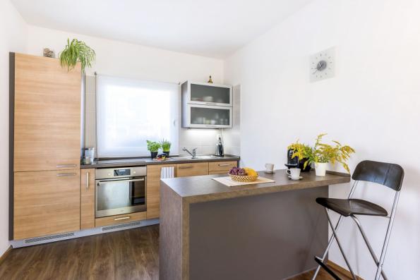 Kuchyň má pracovní plochu osvětlenou denním světlem a další velké okno s nízkým parapetem. Dostatek prostoru umožňuje instalovat linku různého tvaru, případné doplnění o ostrůvek
