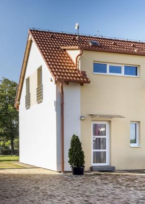 Severní fasáda s hlavním vstupem do domu je řešena úsporně, aby byly minimalizovány úniky tepla
