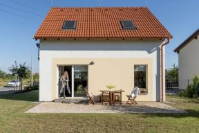 Prosklené plochy jsou na fasádě rovnoměrně rozvrženy a mají optimální velikost, aby měl interiér hodně slunce, ale nepřehříval se