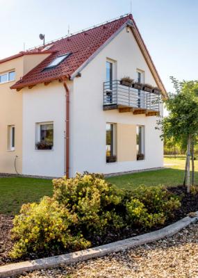 Dům má klasický a nadčasový tvar. Balkon z titanzinkových ocelových profilů mu dává výrazně moderní vzhled
