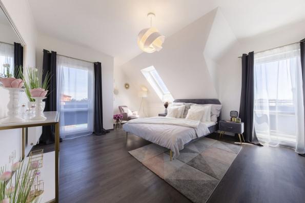 Největší ze tří pokojů v podkroví má rozlohu 20 m2 a je z něj výstup i na balkon, který může posloužit k večernímu posezení se sklenkou vína, ale i k rannímu protažení na slunci