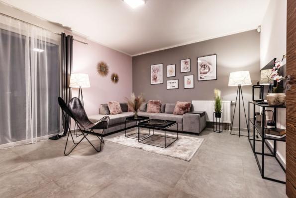 Do velkorysého prostoru obývacího pokoje se vejde klidně i větší rohová sedací souprava, nábytek s TV sestavou a ještě několik drobných solitérů