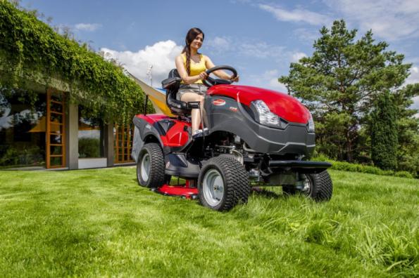 Zahradní traktor XHTY 240 4WD (zdroj: Mountfield)