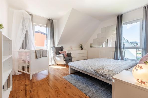V patře je z galerie přístup do pěti místností, které se dají využít různým způsobem jako ložnice, dětské pokoje nebo pracovna, to vše v závislosti na velikosti rodiny a jejích potřebách