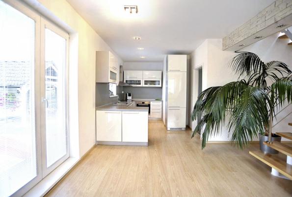 Kuchyň je možné od obývacího pokoje oddělit příčkou, otevřená varianta je však mnohem estetičtější a příjemnější